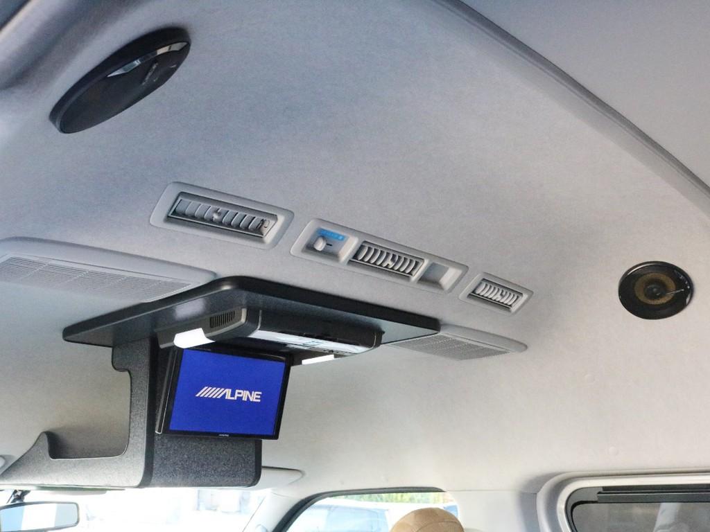アルパインフリップダウンモニターを設置! 更にルーフスピーカーを増設したことによって臨場感ある音が車内に響くようになりました。