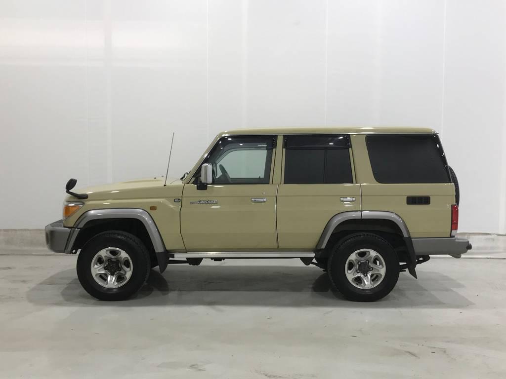 平和な世の中だからこそこんな車が走れます。国連や平和維持軍などがこのカラーを好むのは、砂漠に紛れるカラーリングだからでしょうね。