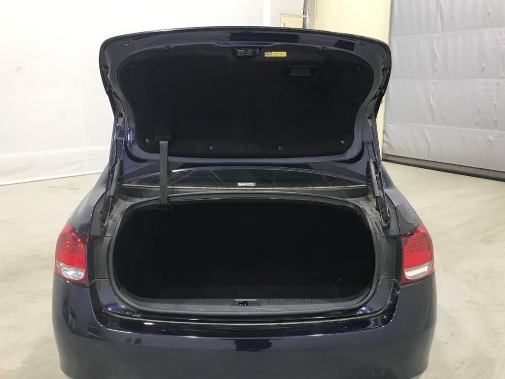 トランクは大容量でゴルフバックも楽々収納できます。もちろん他の荷物も収納できるのでご安心下さい!