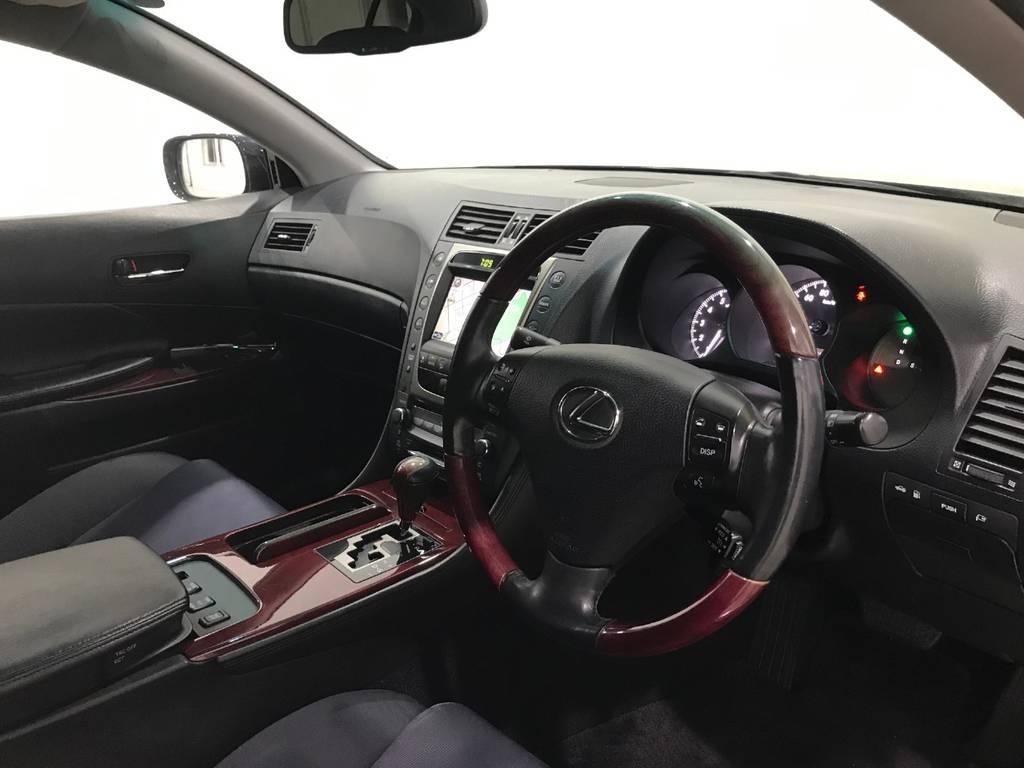 車内は黒で統一されていて質感を感じます。