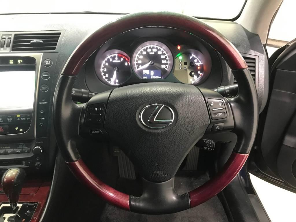 赤いウッドが良いアクセントになっています。そして嬉しいのはエンジン始動をするとシートが自分の設定した位置に自動で動いてくれます!