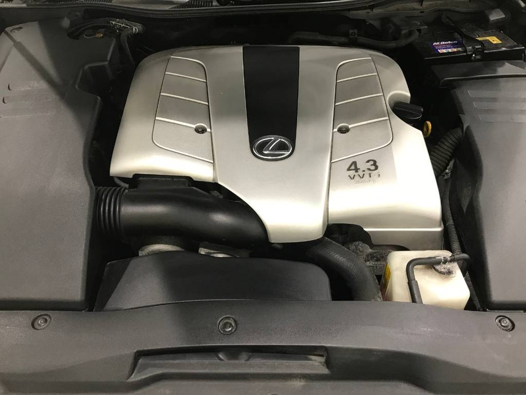 280馬力を発生するV8エンジンは安定感があり重い車体も軽々移動できます。アクセルを踏み込むとシートに吸い寄せられる感覚を感じつつすぐにスピードが出ます。