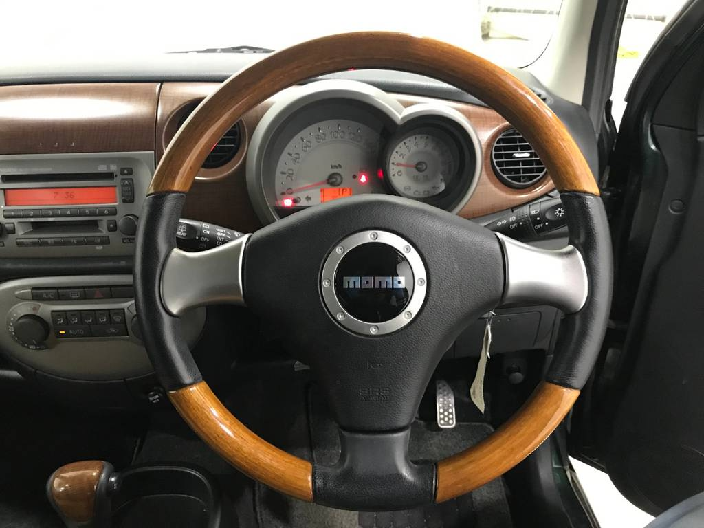 ステイアリングはダイハツ恒例のウッドコンビハンドルです。グリップしやすいので運転しやすいです。