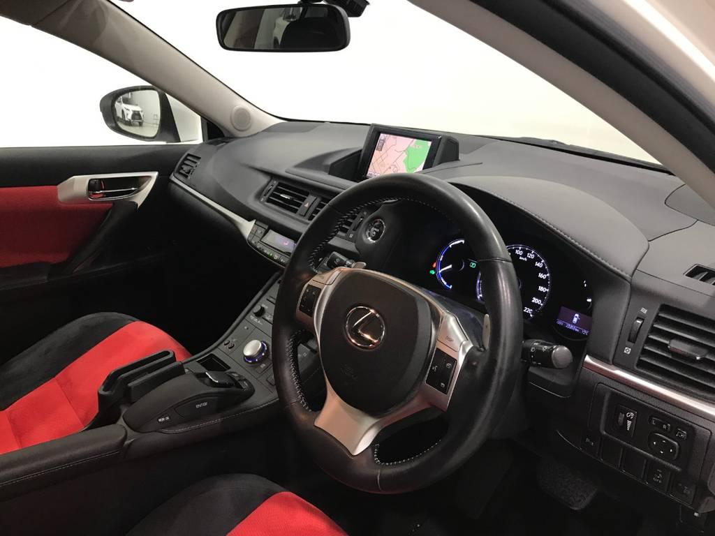 車内の雰囲気はさすがはレクサス。品を感じます。さすがは内装にもこだわる会社です。