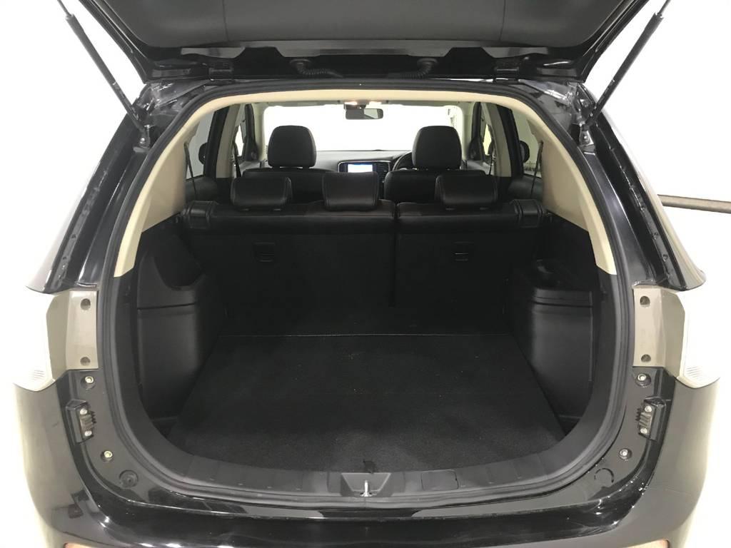 シートアレンジ次第ではフラットになるのでここも人気のポイントです。道具を積んでキャンプに行くも良し車内で寝ても良しと何にでも使える優れものです。