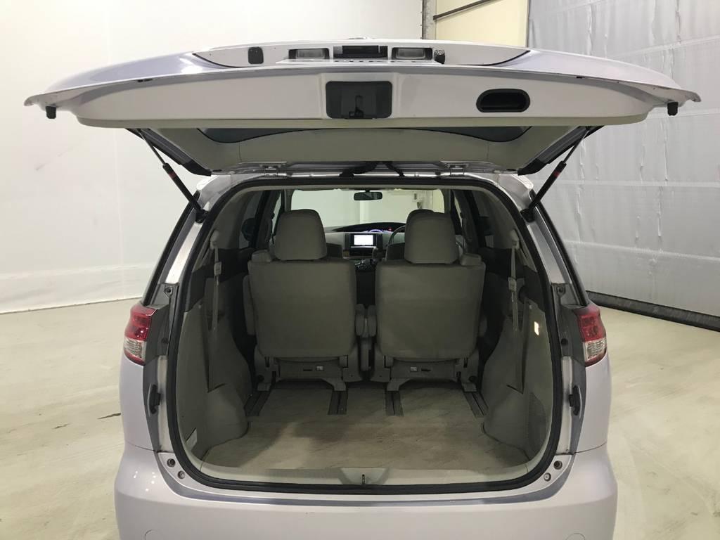 この車の最大の魅力が見ての通り三列目が床下に格納しているので荷室としてのスペースも確保できます。これならレジャーにも最適です。