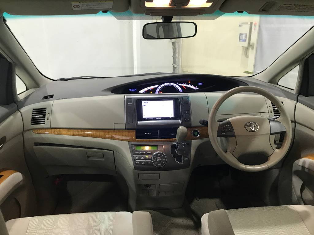 室内は広々していてそれでいてすっきりしているので乗りやすい車であることがわかりますね。