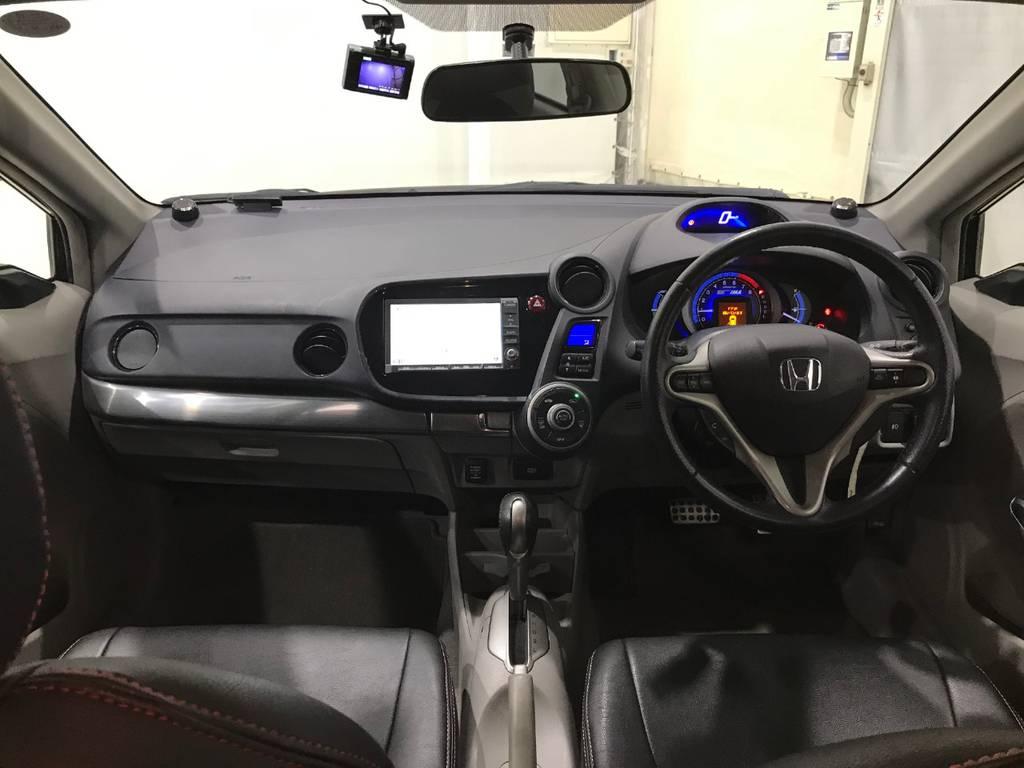 どこかCR-Zと似たレイアウトですが助手席側には特に操作パネルもないので助手席の人はゆっくりとドライブを楽しめそうです。