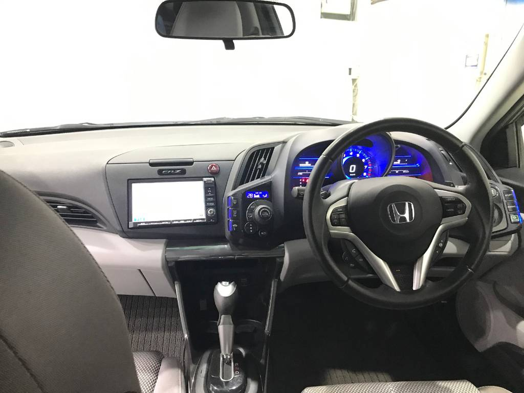 青が眩しいインパネ周りは基本的にスイッチ類は運転席側に集中しているので助手席の人は運転手の方にドライブをお任せしましょう。この設計がまた面白いポイントです。