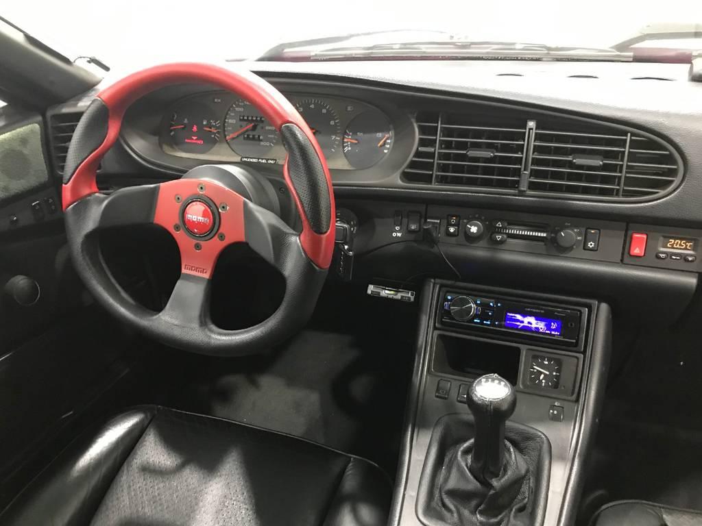 黒の内装に赤いハンドルは如何にもスポーツカーといった感じですね。運転席に座ると思わずアクセル全開走行をしたくなると思いますよ!