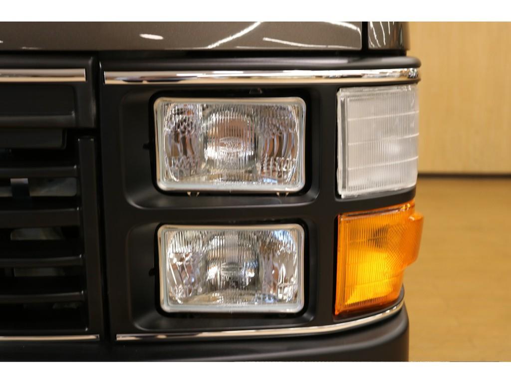 【Renocaフェイス換装】角目4灯のクラシックなデザインヘッドライト採用。