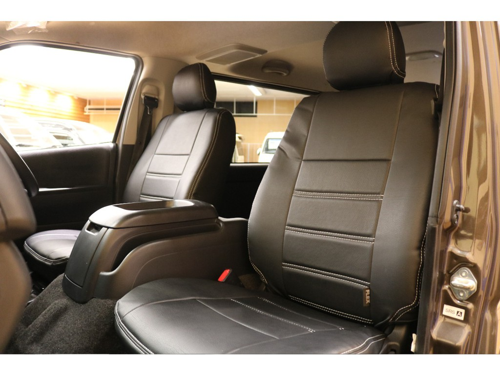 【全席新品黒革調シートカバー装着】重厚感のあるカラーに合わせシートカバーには黒革を採用致しました。