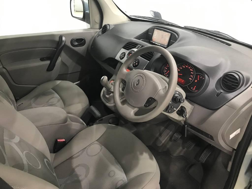 内装は中央のインパネ付近に集約されているのでシンプルな設計で人を選ばず運転できるのがこの車の魅力の一つです!