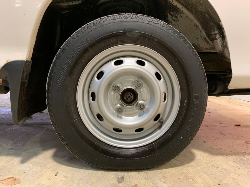 無骨な鉄ホイールですが軽トラには似合うのは不思議な感覚です。メリットはタイヤ代が4輪車のなかでも安いという点です。安価に維持できるのが軽トラの良いポイントです。