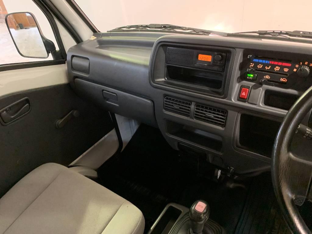 装備で特筆すべき箇所はありませんが定番のラジオは付いています。希望があればナビに換装できるのでお気軽に仰ってください♪