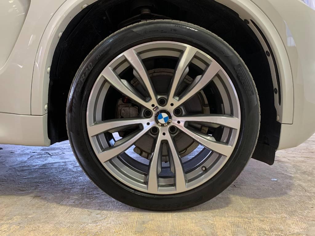 大きなタイヤですがこのタイヤのおかげでちょうど良い乗り心地を再現しているのです。本物は維持費が高いということが良く分かる一枚ですがそれを乗り越えてこそ上質が待っています。