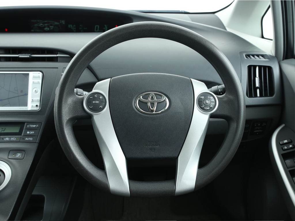 運転席に座った画像がこちら。メーターが中央に配置しているので運転に集中出来そうです。