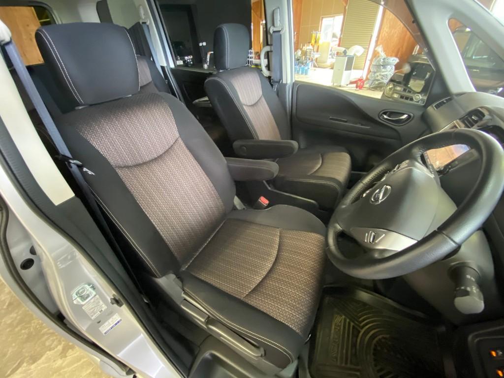 運転席・助手席共にアームレスト付きのシートとなります!