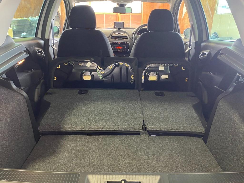 セカンドシートを畳めば広い荷物スペースに早変わりです!
