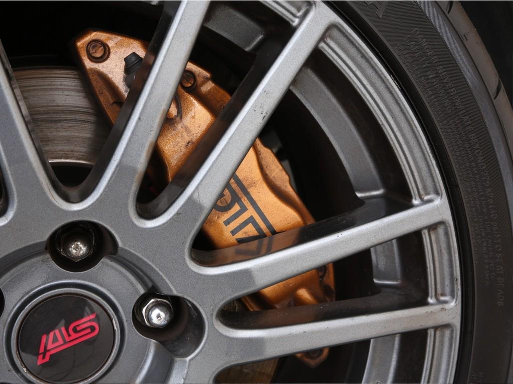 ブレーキもブレンボ製のSTI専用の物が装着されております!