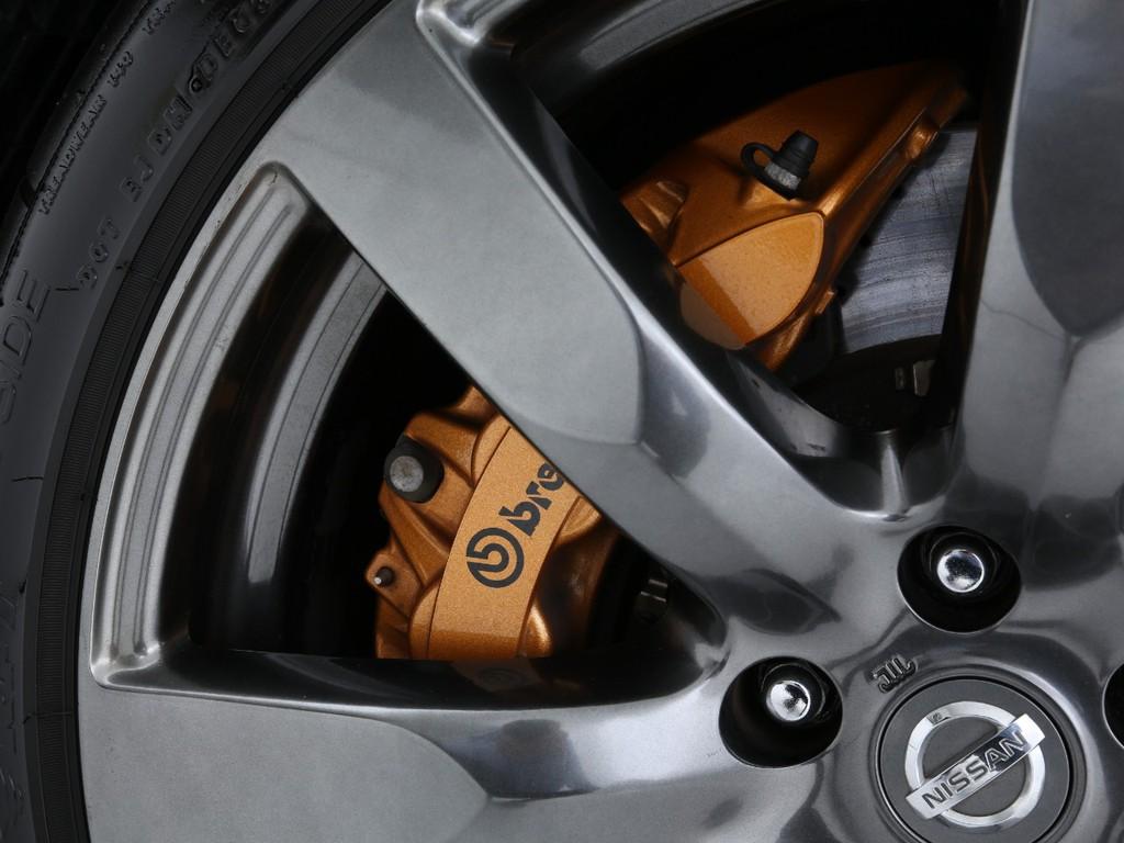 ブレンボ製ブレーキ!ハイパワーを受け止める高性能ブレーキです!