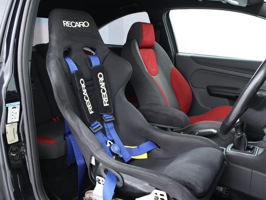 運転席はRECAROフルバケットシートに交換済み!4点式のシートベルトも付いております!