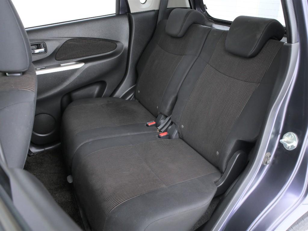 セカンドシートは足元が広く、リクライニング機能も付いております!