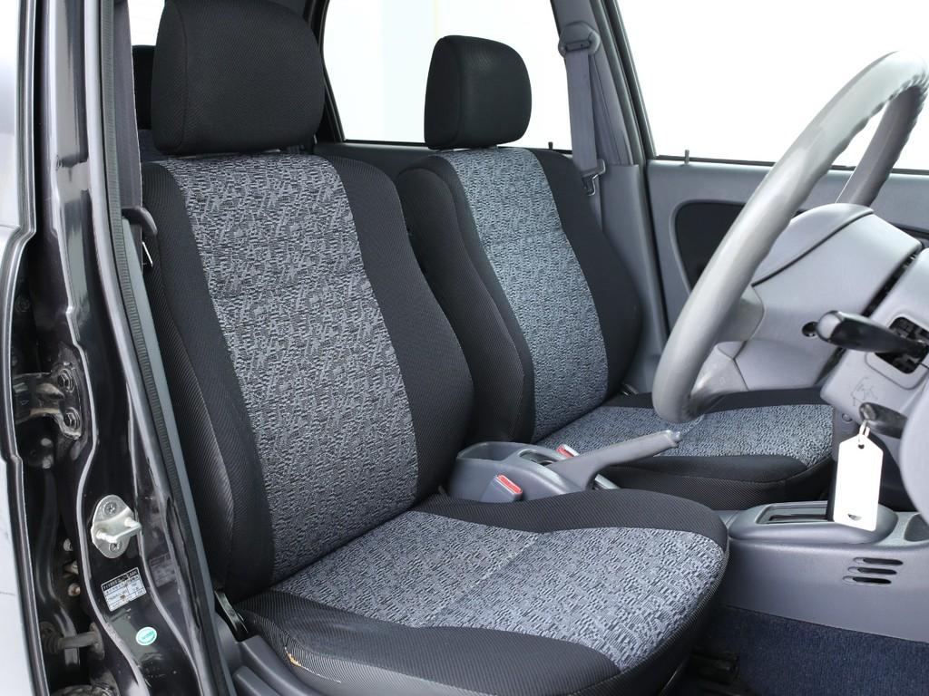 運転席の座面に破れがございますが、まだまだ使えるシートです!