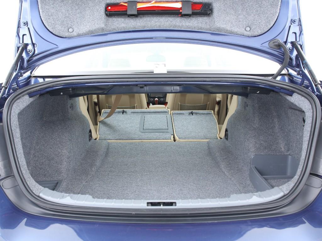 必要十分な広さのあるトランク!シートを倒せば更に広くなります!