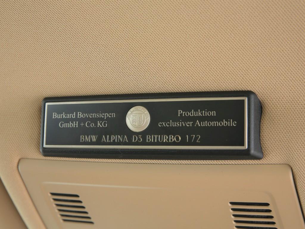 車内のドライバー頭上にはアルピナの証のエンブレムが備えられております!