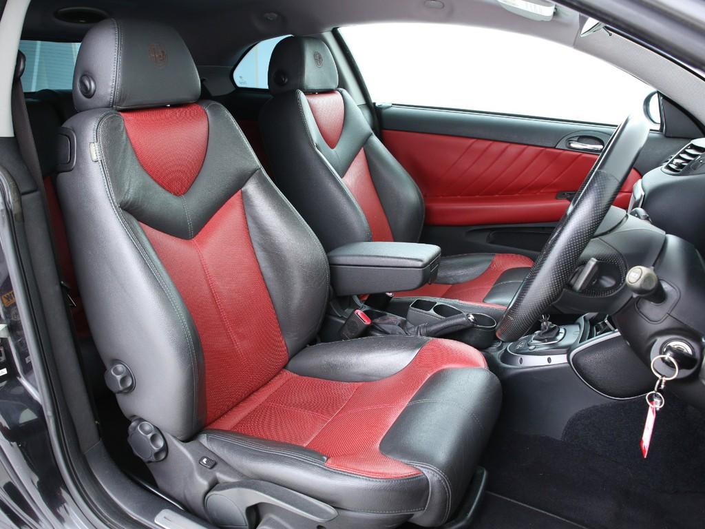 シートは黒×赤の本革シート!キズやヒビ割れはございますが、まだまだ使えるシートです!