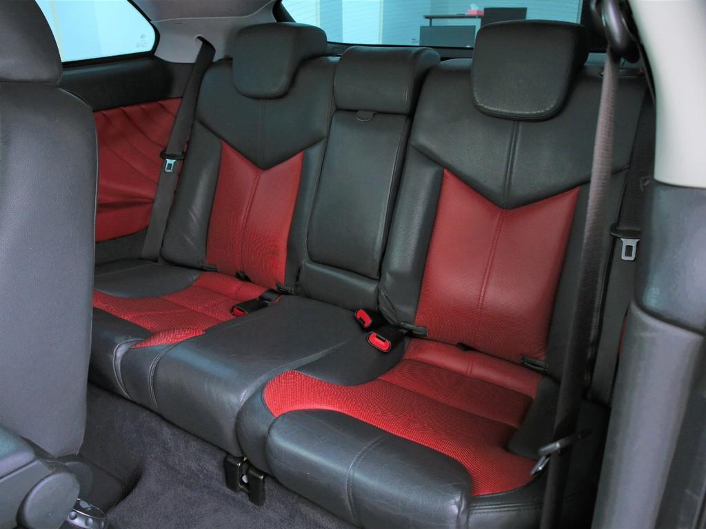 セカンドシートもフロントに合わせた黒×赤のシートとなります!