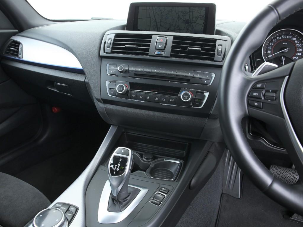 BMW純正のHDDナビ付き!8.8インチの大型モニターとなります!