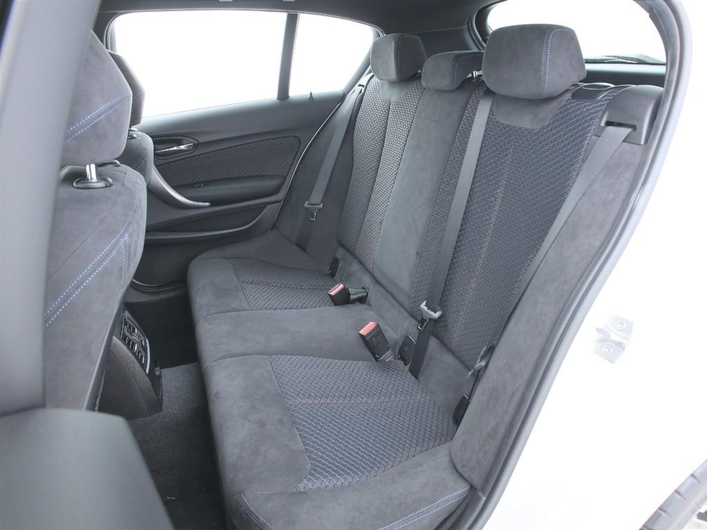 セカンドシートもフロントと同じデザインのシートとなります!