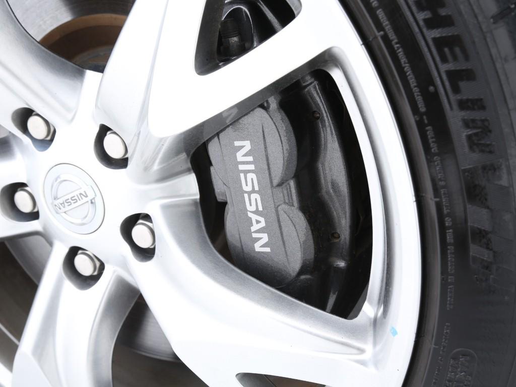 曙ブレーキ社製の4輪アルミキャリパー対向ピストンブレーキが装着されております!