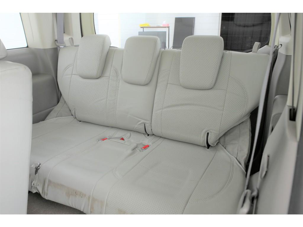 サードシートも3人掛けの3列シートの8人乗りとなります!