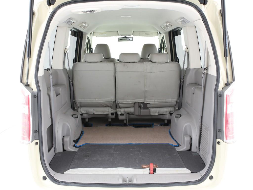 サードシートは床下に格納可能!大きな荷物も入っちゃいます!