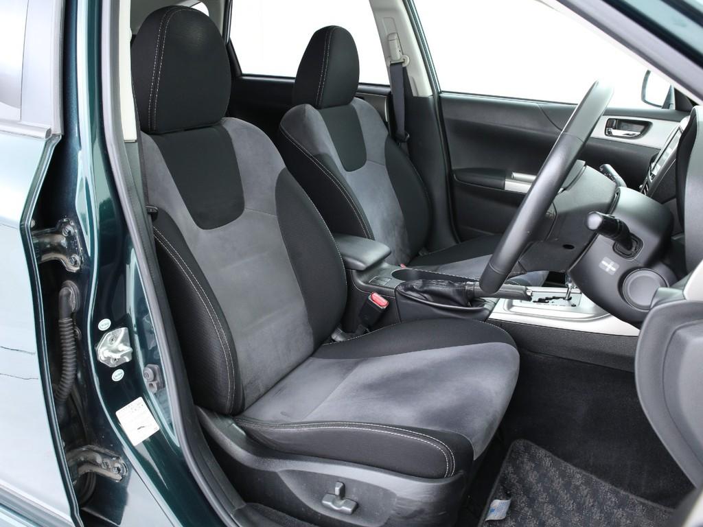 シートはアルカンターラ製!手触りの良いシートとなります!