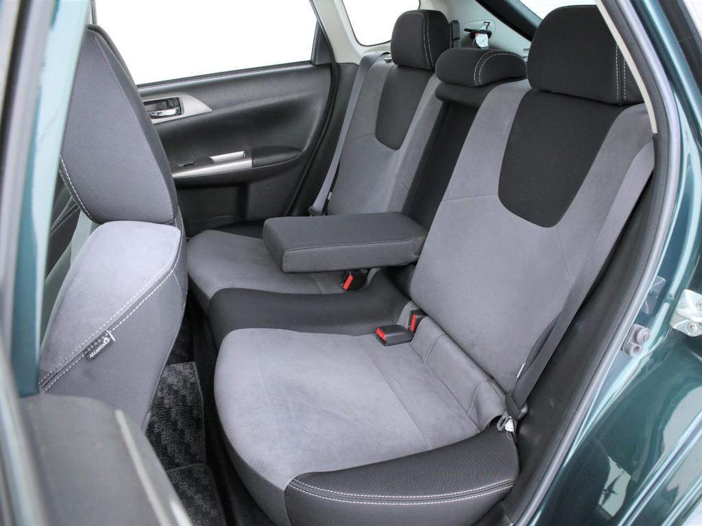 セカンドシートは3人掛けの乗車定員5人!センターは肘掛にもなります!