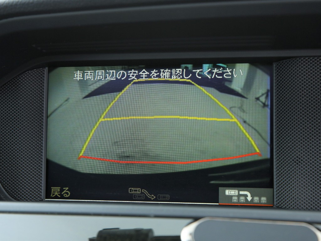 ナビ連動バックカメラ付き!駐車の案内をしてるシステムもございます!