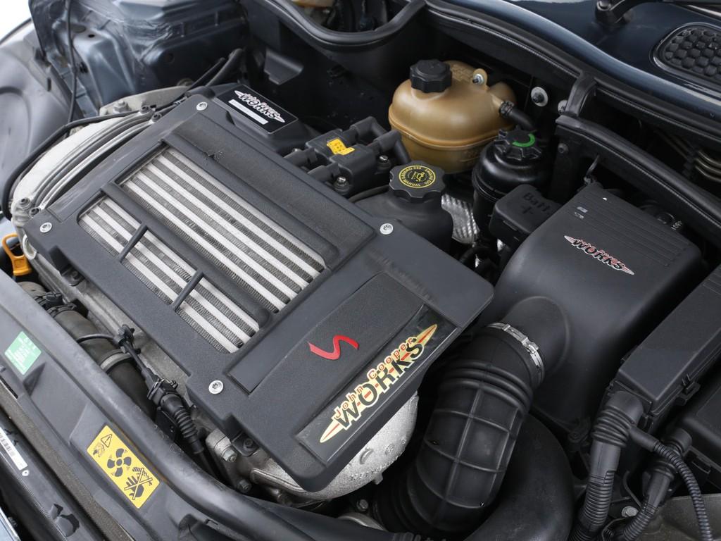 専用チューニングの証のエンジンカバー!運転席側にはチューニングキットのシリアルナンバー刻印入りです!