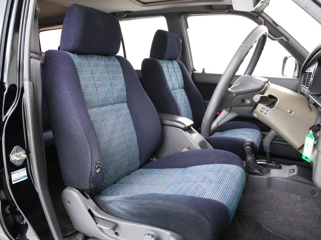 運転席シートの背もたれには経年劣化のスレ&破れがございます!