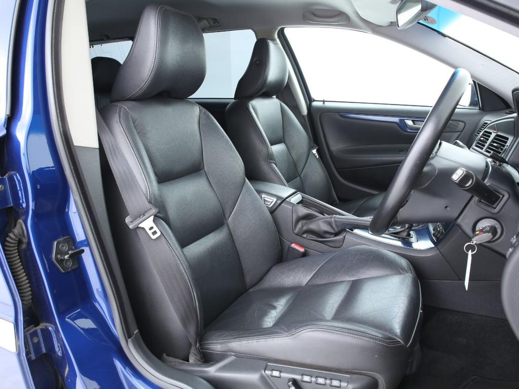 シートは全席本革シート!多少の使用感はございますが、まだまだ使えるシートです!