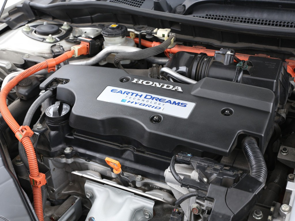 エンジンは2000ccのガソリンとモーターのハイブリット!パワーと燃費を両立してます!