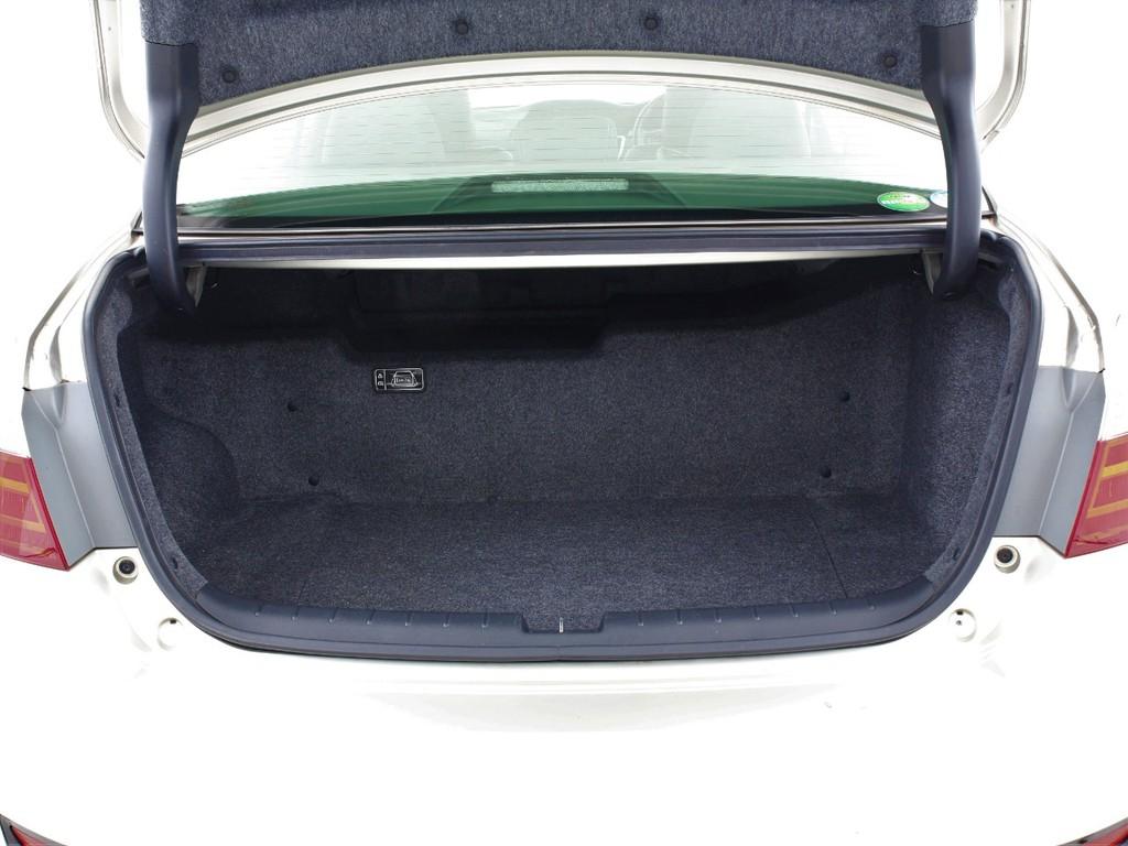 トランク内も広く荷物も十分に入るスペースがございます!