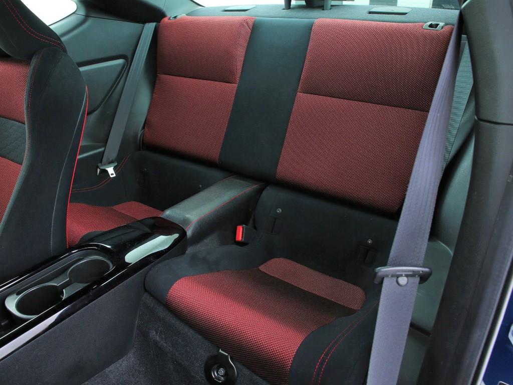 セカンドシートは2人掛け!乗車定員4人乗りとなります!