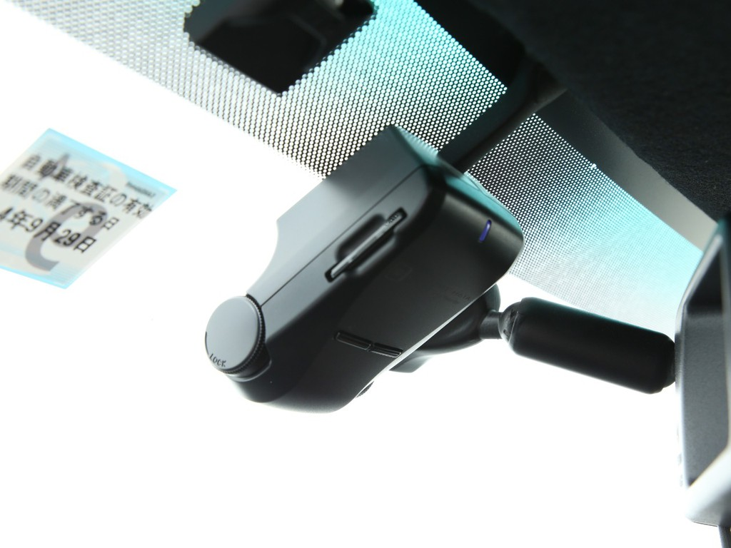 フロントガラスにはドライブレコーダー付き!いざという時に役立ちます!
