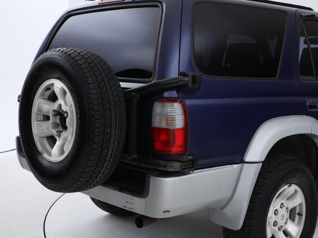 リアハッチには装着タイヤと同じ物がスペアタイヤとして付いております!