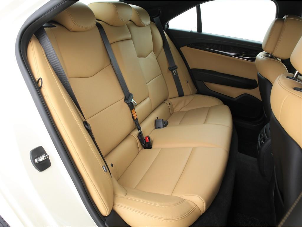 セカンドシートは3人掛けの乗車定員5人!3ナンバーのお車です!