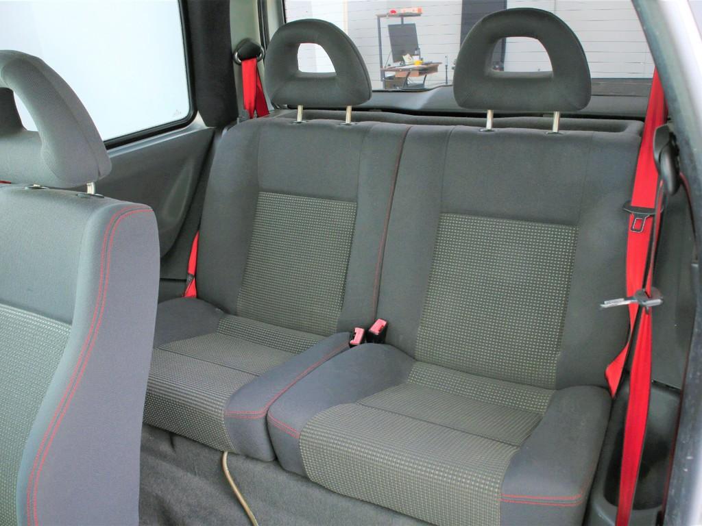 セカンドシートは2人掛け!乗車定員は4人となります!